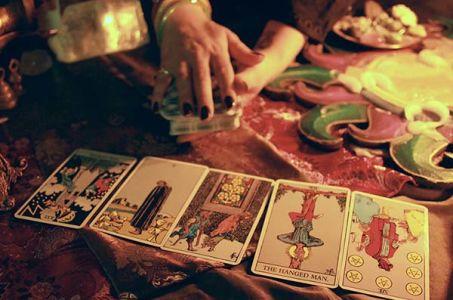 «Что он делает сейчас?» – гадание на любимого с помощью игральных карт