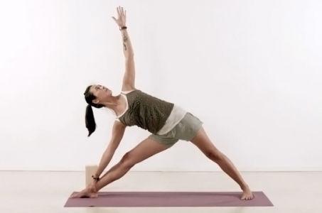 Правильная техника выполнения позы вытянутого треугольника в йоге