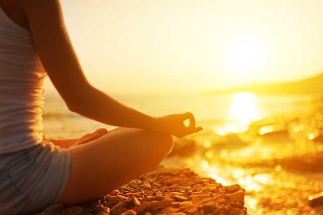 девушка медитирует, восстанавливает энергию и силы