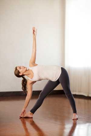 йога айенгара пражнение триканасана